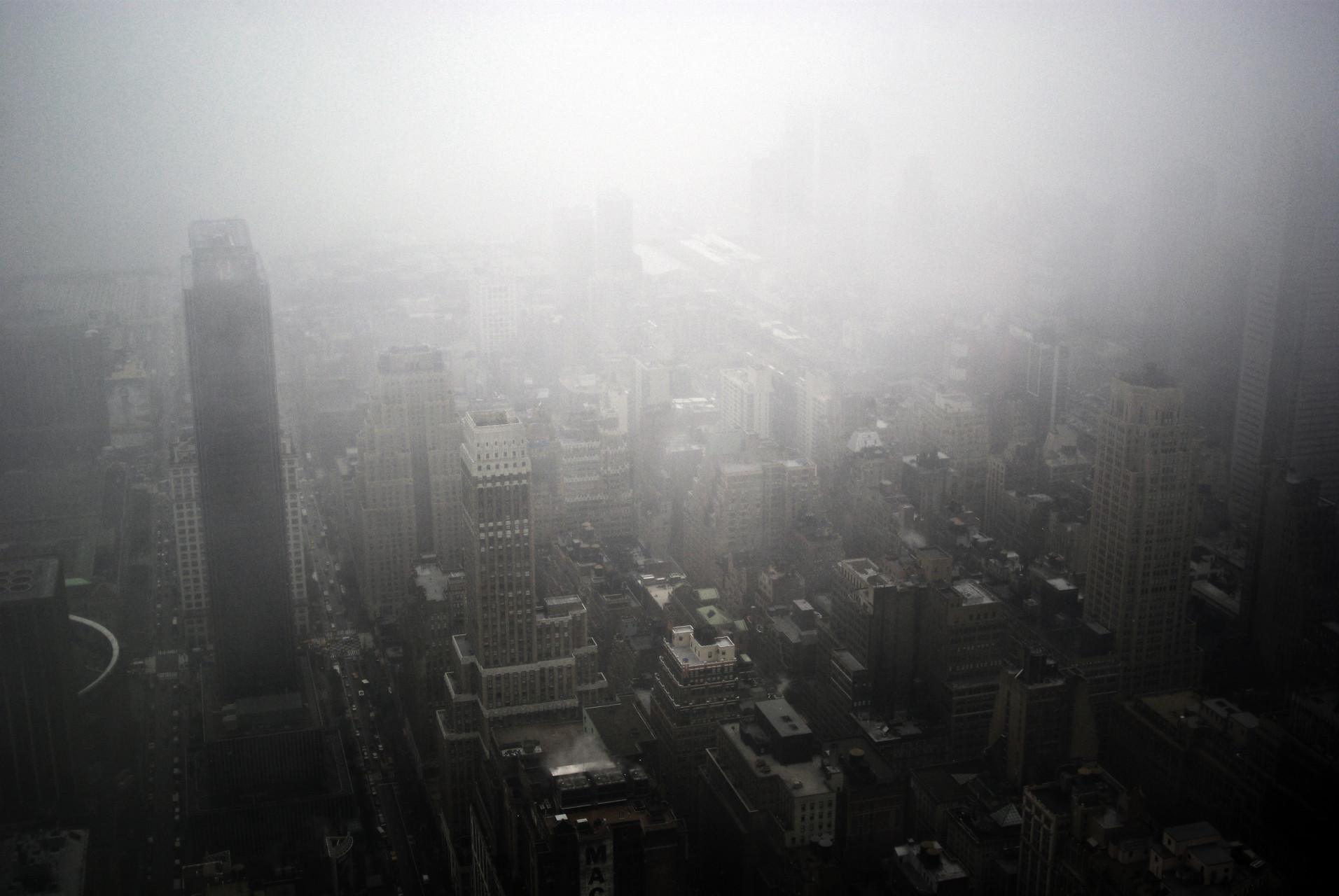 New-York-skyline-view-from-Empire-State-Building-fog_IGP2835b